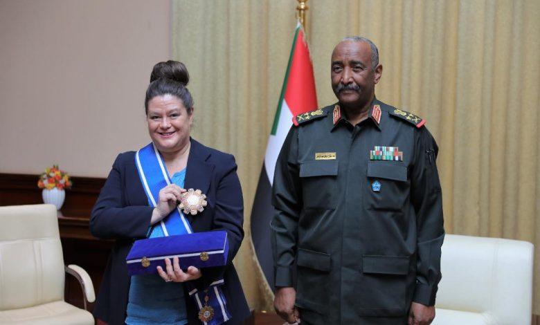 صورة السودان: البرهان يمنح سفراء دول وسام النيلين من الطبقة الأولى
