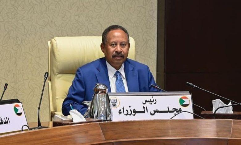 صورة السودان: حمدوك يطالب بالسلمية وقوة عسكرية تقتاده إلى مكان مجهول